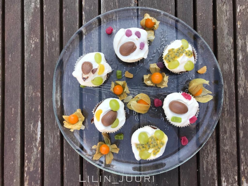 Hapanjuurella leivottuja suklaamuffinsseja, joissa oli nesteenä mangososetta. Päällä kermavaahtoa, passionhedelmää, karkkeja ja muita herkkuja.