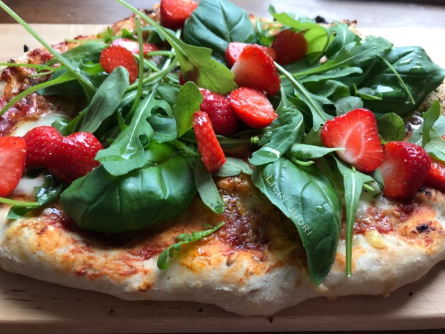 Herkullista pizzaa. Mansikat muuten sopivat pizzaan loistavasti!